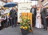 Übergabe der Heimattage-Fahne durch Ministerpräsident Kretschmann an Sinsheim