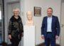 Dietmar Hopp verewigt –Sinsheimer Künstlerin übergibt Tonskulptur als Dank an die Stadt Sinsheim