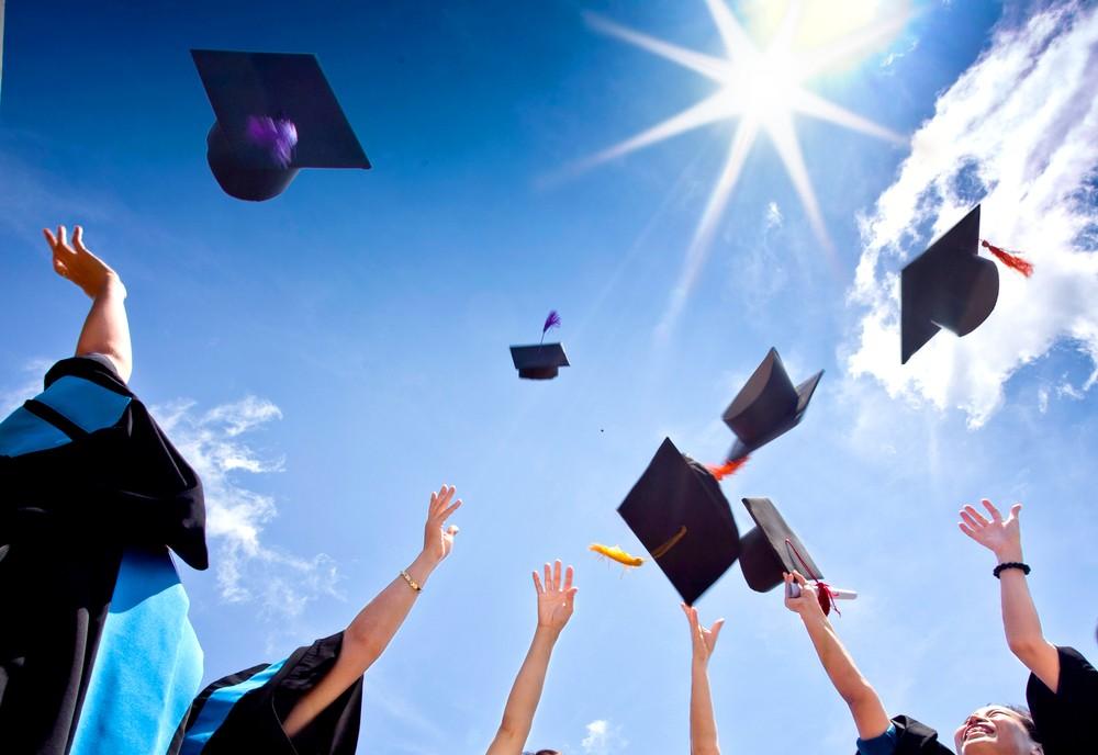 Abiturienten freuen sich über bestandene Prüfungen.
